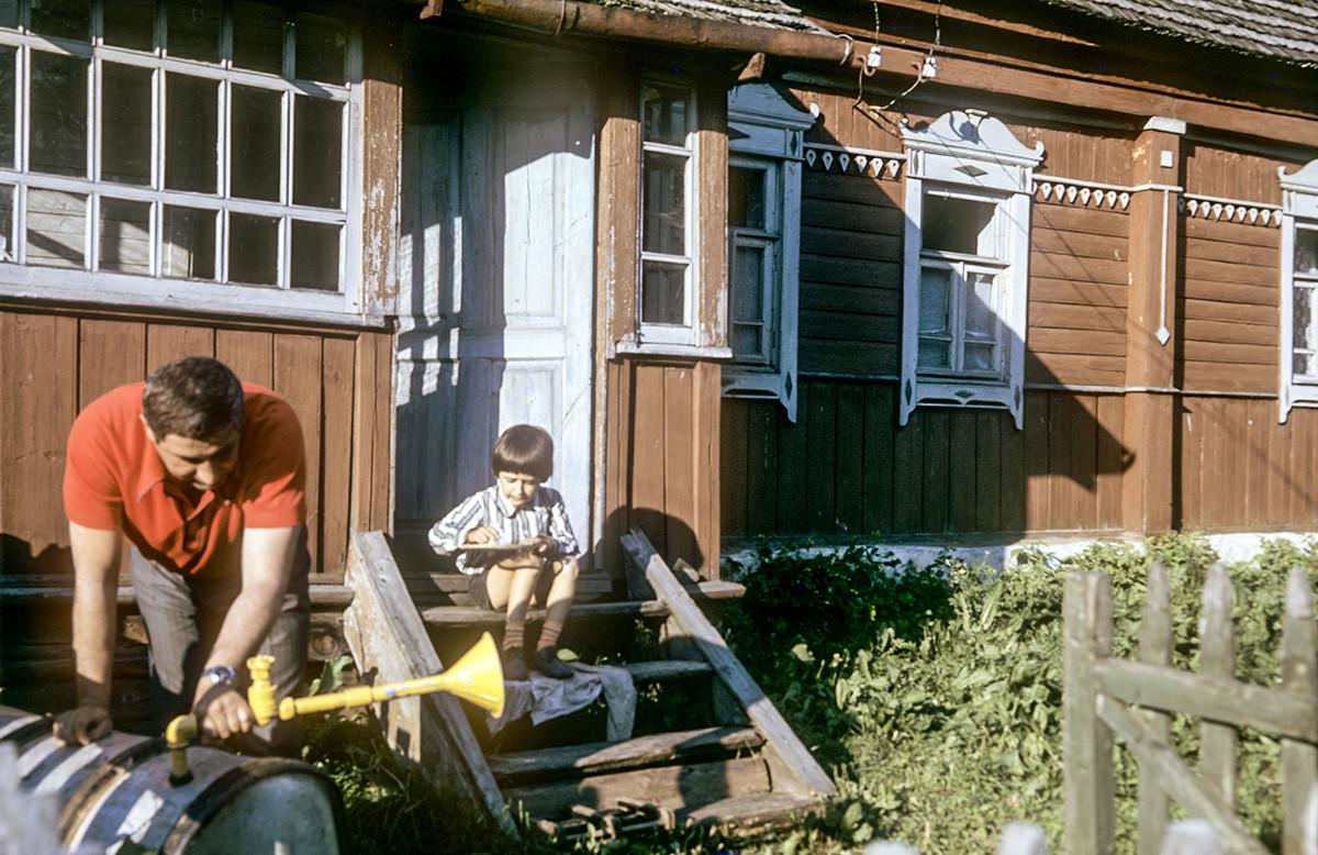 Vater und Sohn auf einer Datscha.