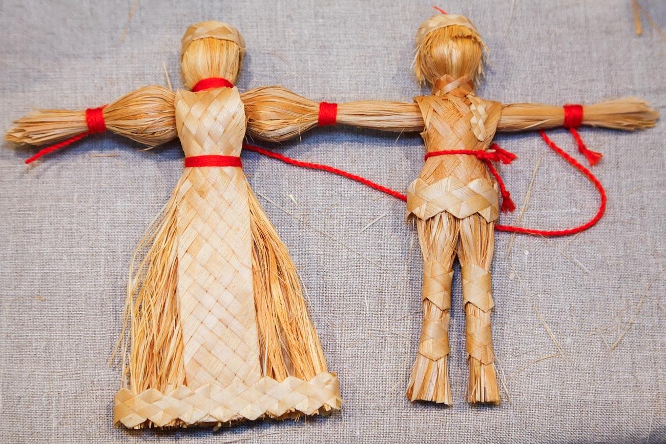 Куклы-стригулки с плетеными косами и фартуками.