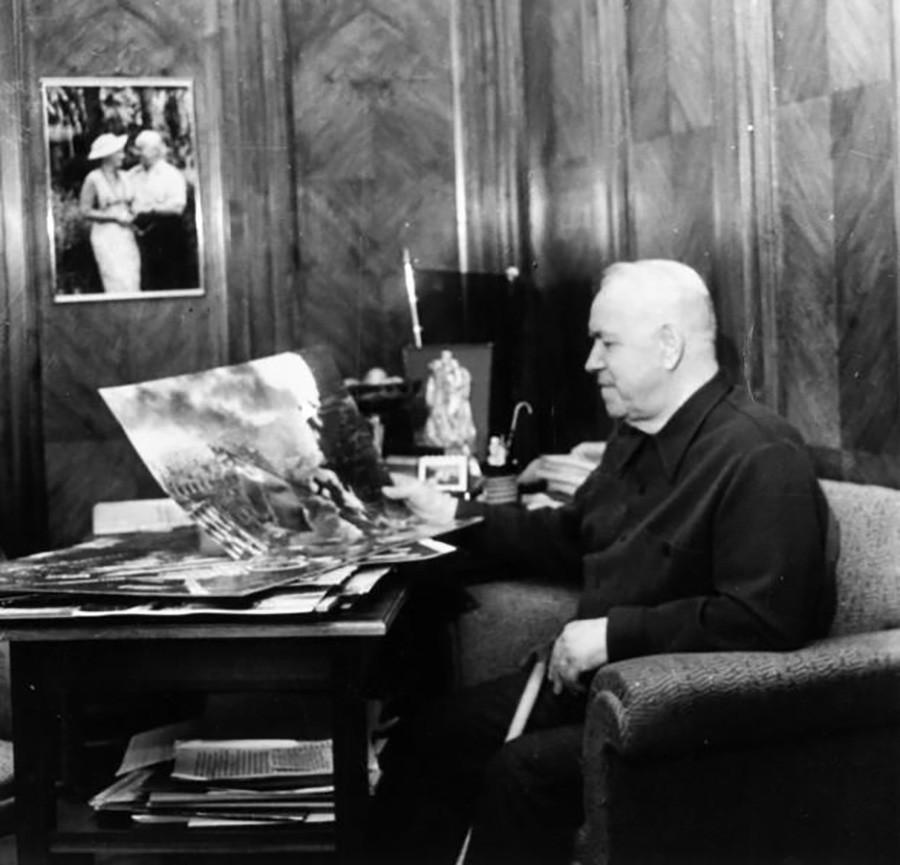 Marschall Georgi Schukow an seiner Datscha.