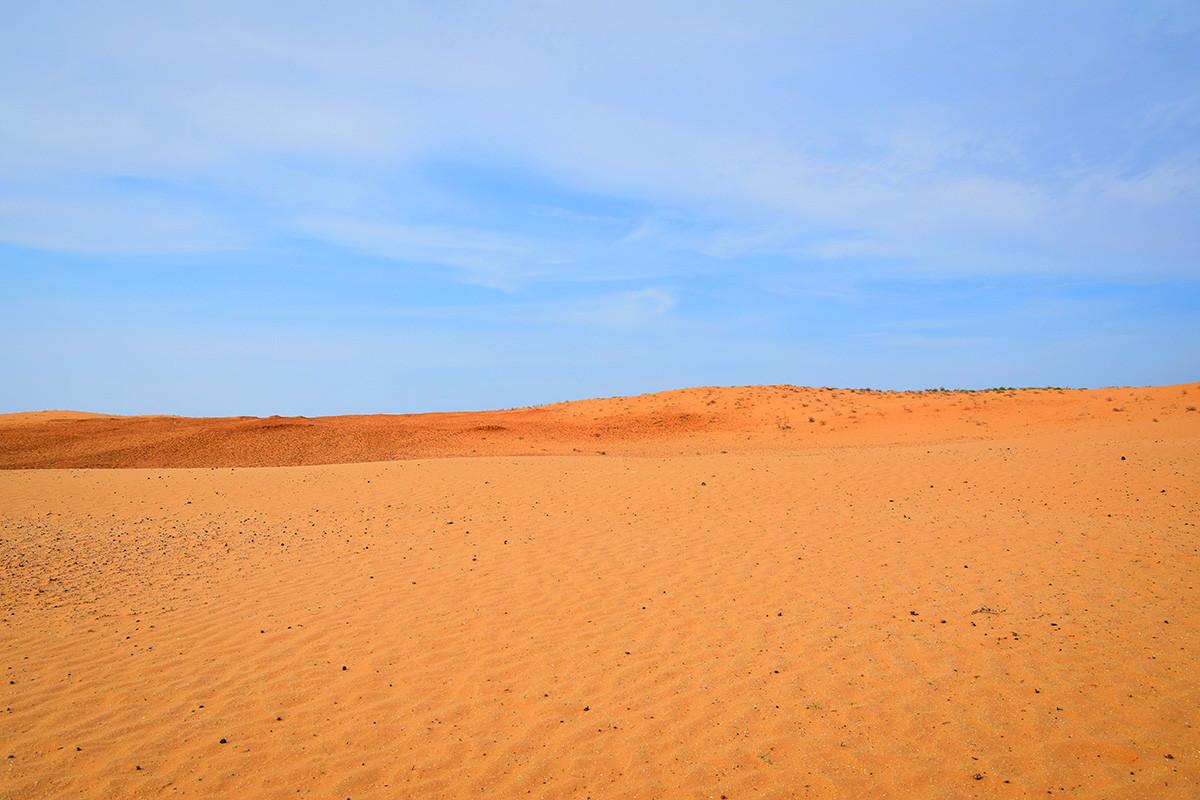 Slikovita pustinja s nebom u pozadini, Jaškulj, Rusija.