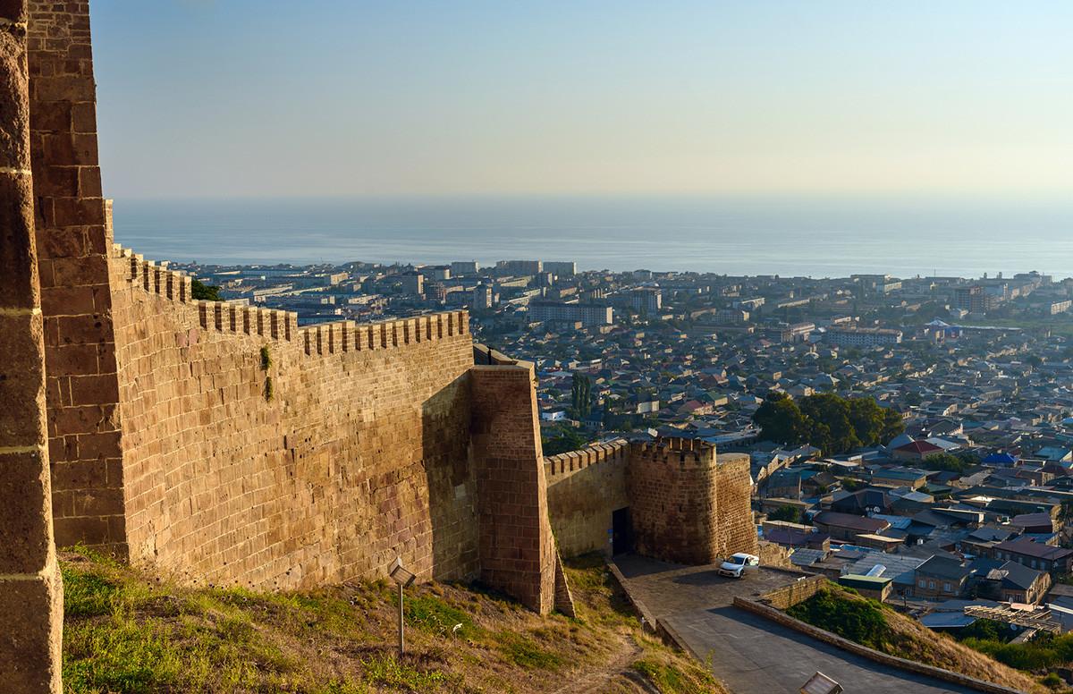 Zidine tvrđave Narin-Kala, pogled na Derbent. Republika Dagestan, Rusija.
