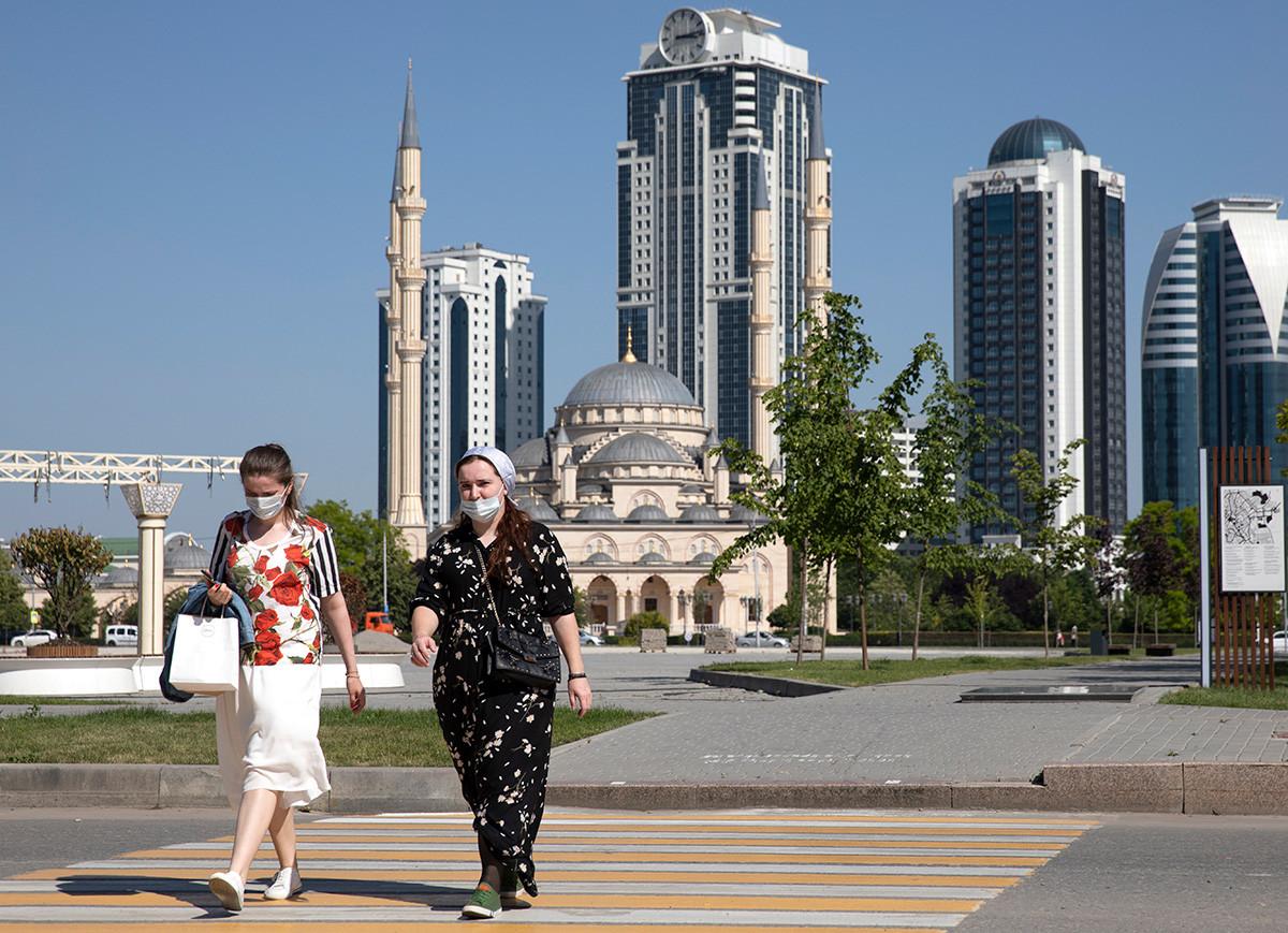 Žene u šetnji, 9. lipnja 2020., Grozni, Rusija.