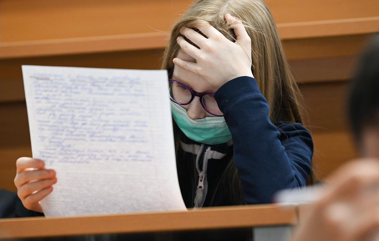 Una ragazza alle prese con il Totalnyj Diktant a Mosca, il dettato per coloro che vogliono mettere alla prova la propria conoscenza della lingua russa