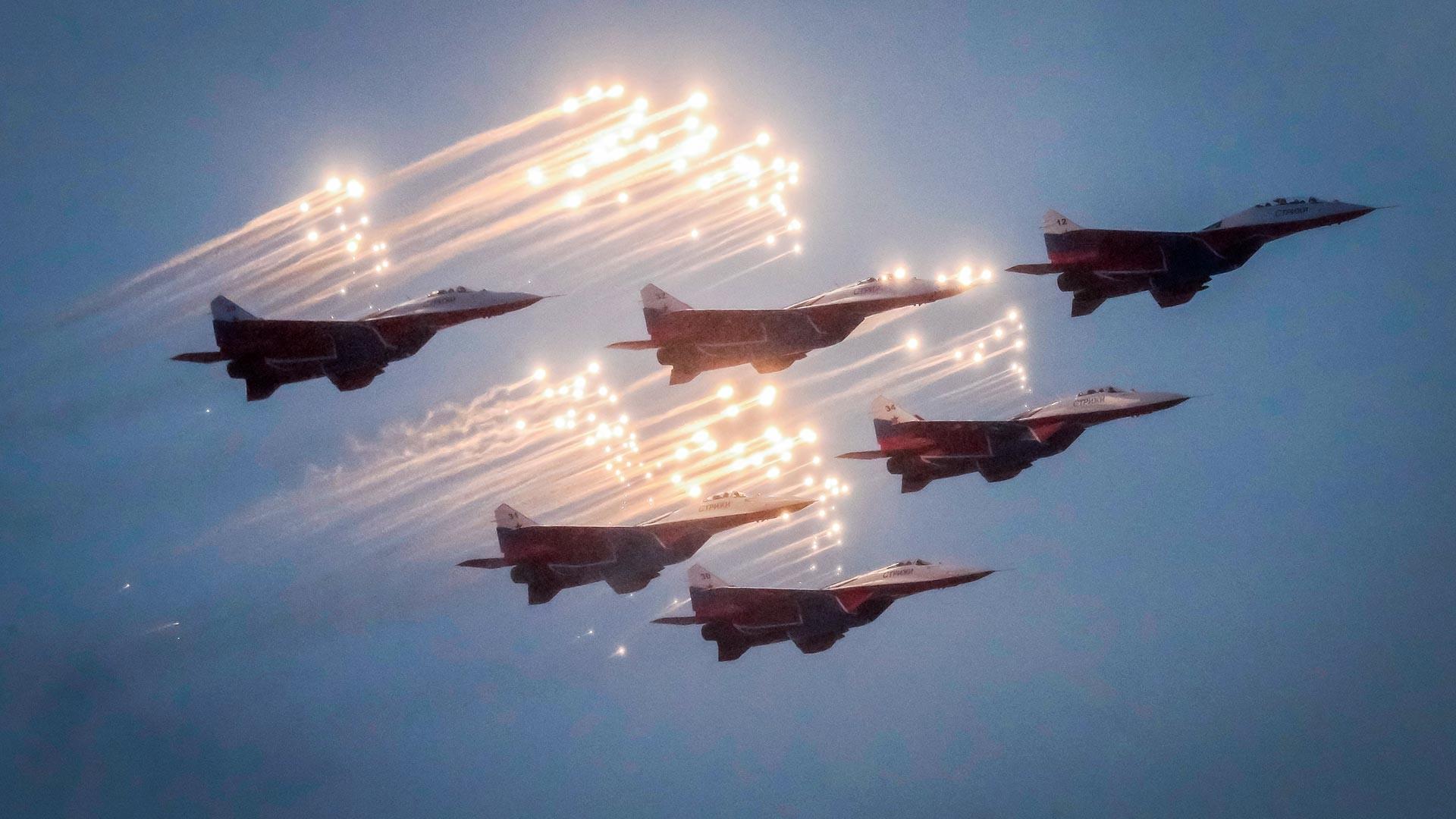 """Руска пилотска група """"Стрижи"""" на авионима МиГ-29 за време параде поводом 75-годишњице сламања опсаде Лењинграда у Другом светском рату, Санкт Петербург."""