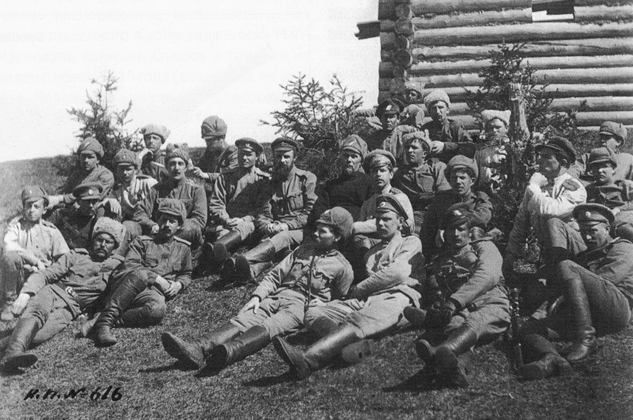"""Os soldados de Koltchak usando """"uchánka"""" e sua versão de verão, pontiaguda."""