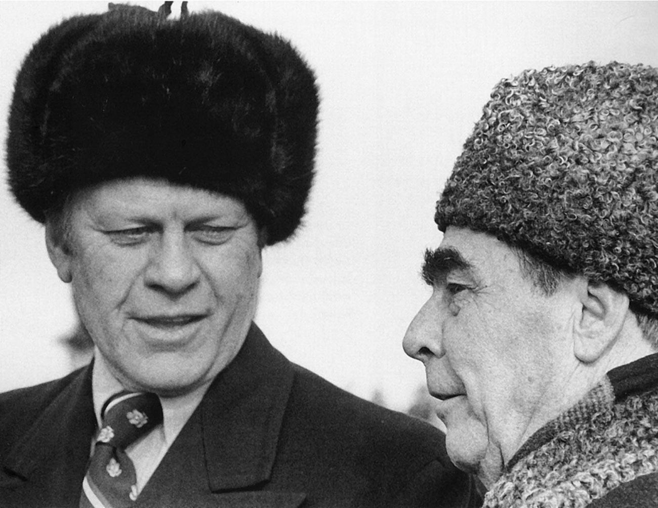 O presidente dos Estados Unidos, Gerald R. Ford, encontrando-se com o líder soviético Leonid Brejnev, 1974.