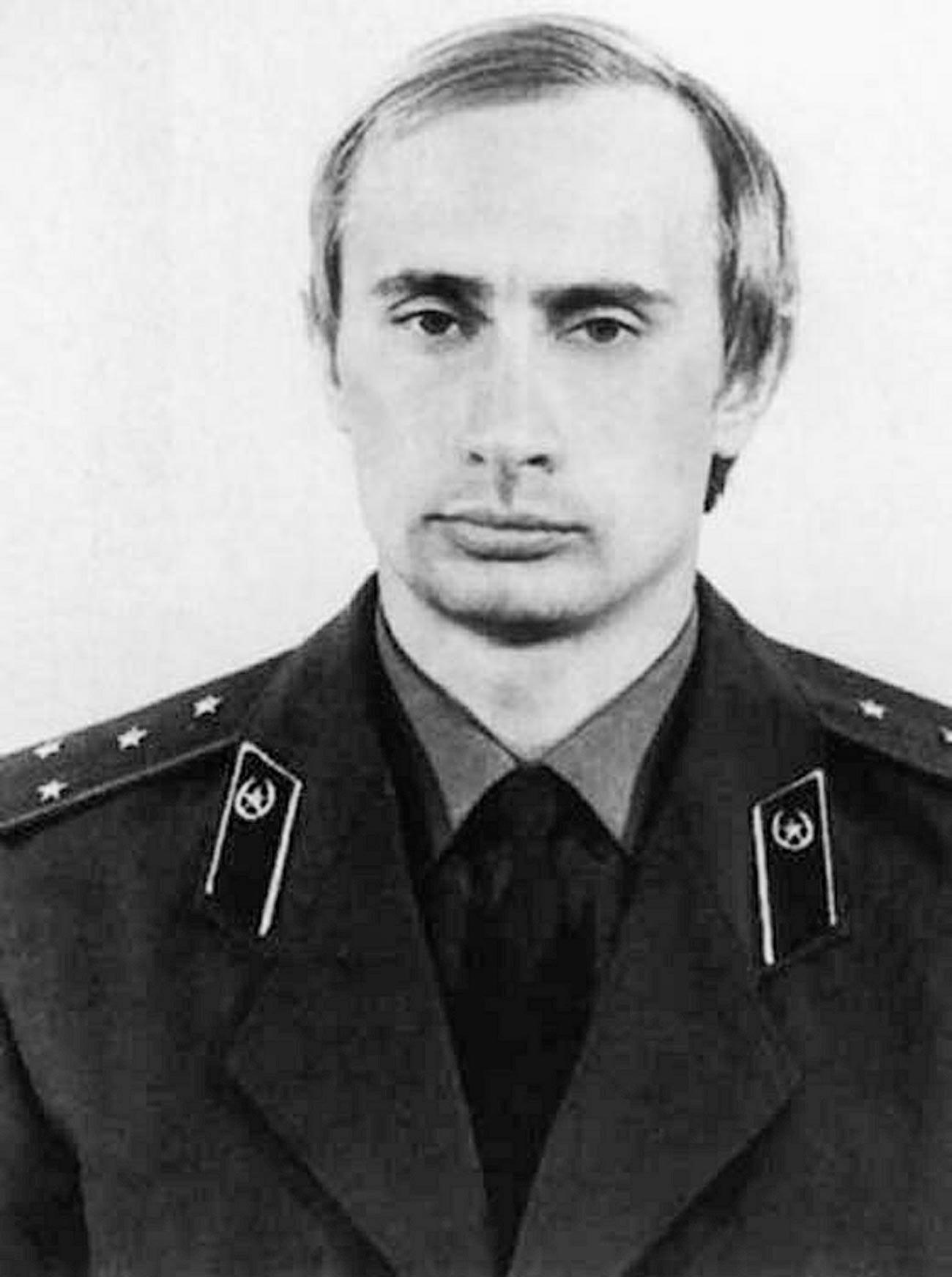 Wladimir Putin in jungen Jahren mit einer KGB-Uniform.
