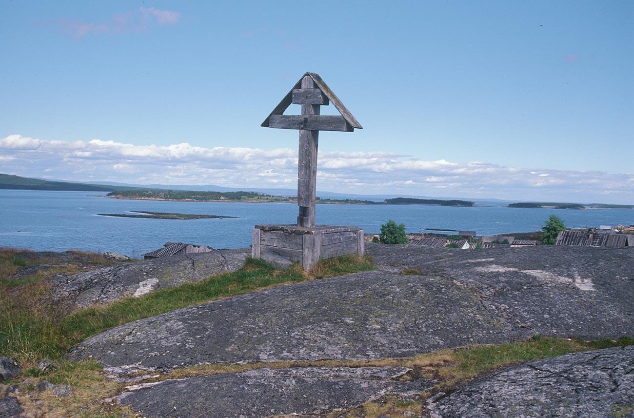 Kovda. Votive cross on granite outcropping overlooking Kandalaksha Bay. July 24, 2001
