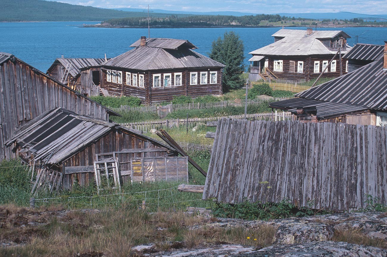 Kovda. Maisons en rondins surplombant la baie de Kandalakcha. Photographie: William Brumfield. 24 juillet 2001