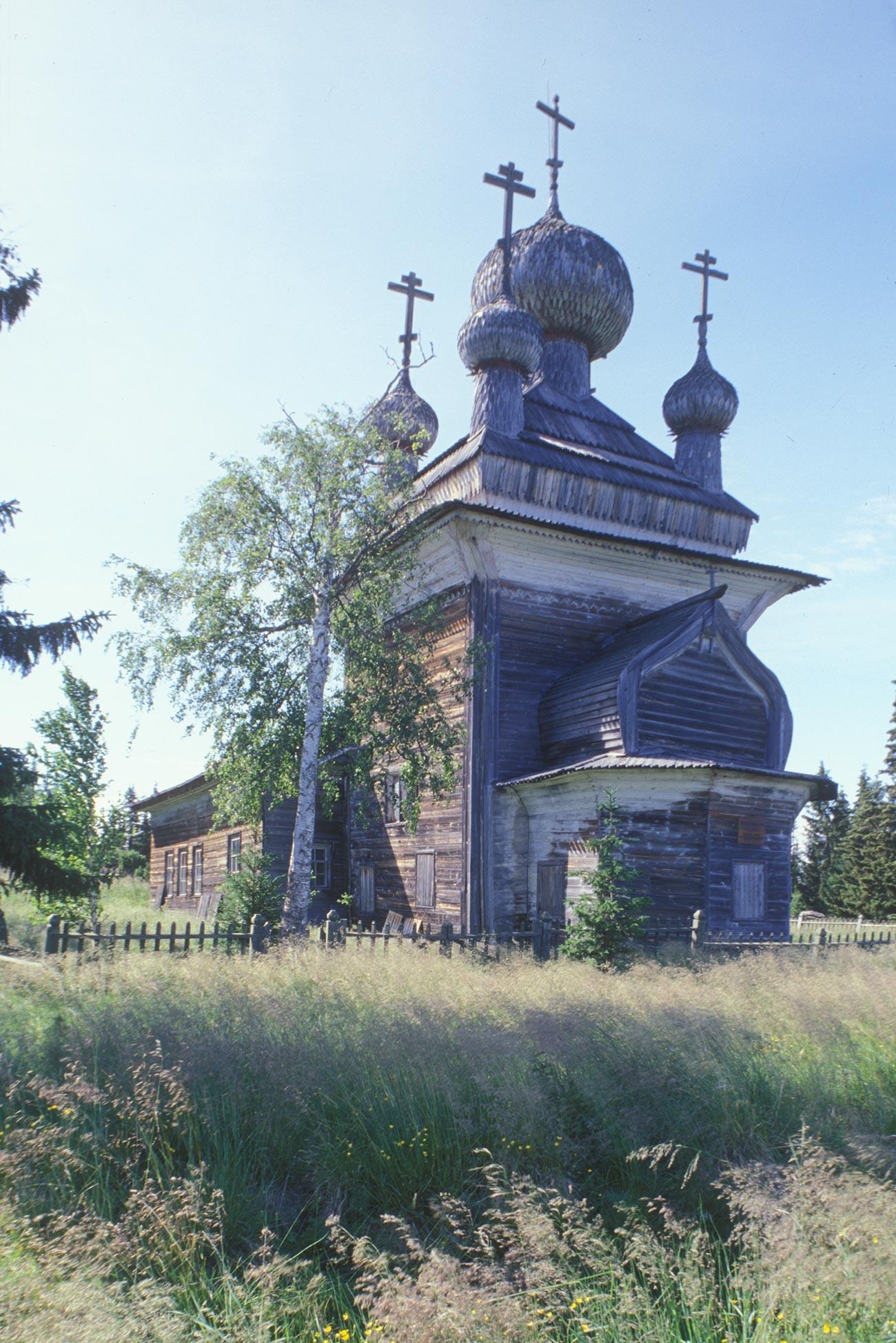 Virma. Église des Saints Pierre et Paul, vue sud-est avec l'abside sous le pignon en berceau. Photographie: William Brumfield. 7 juillet 2000