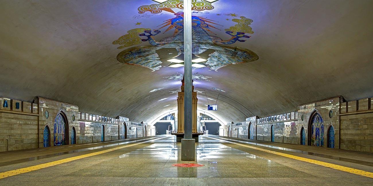 Kremlyovskaya station.