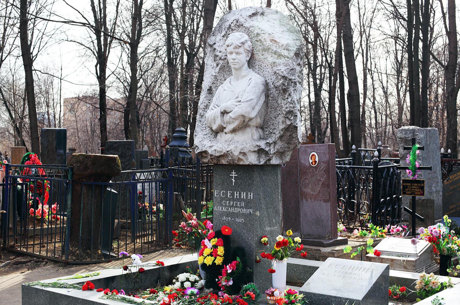 Pierre tombale de Sergueï Essénine au cimetière Vagankovo. La croix noire sur le côté gauche se trouve sur la tombe de Galina Benislavskaïa.