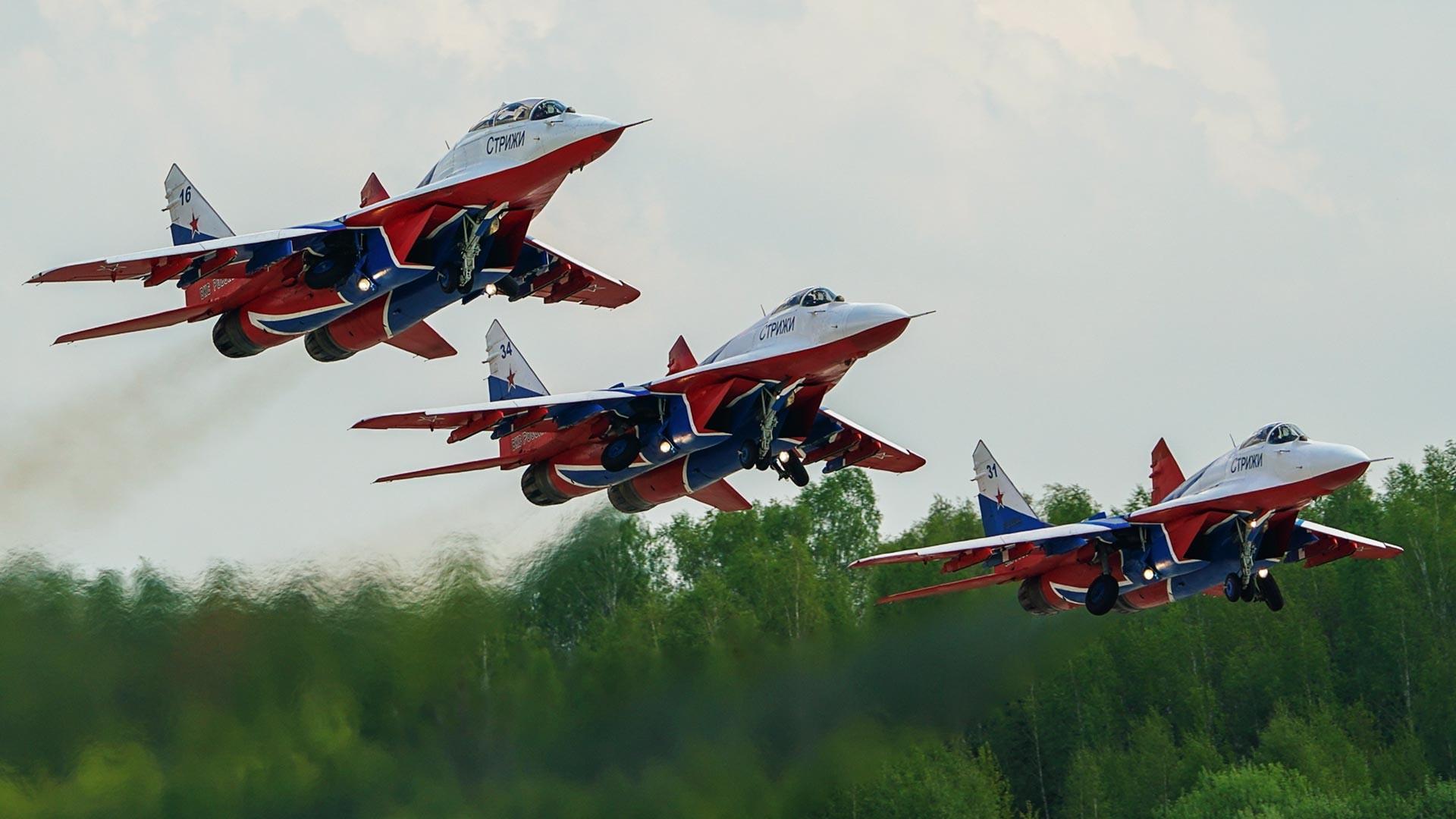 Les chasseurs MiG-29 de l'équipe de voltige aérienne Striji effectuent un vol de démonstration au-dessus de l'aérodrome de Koubinka