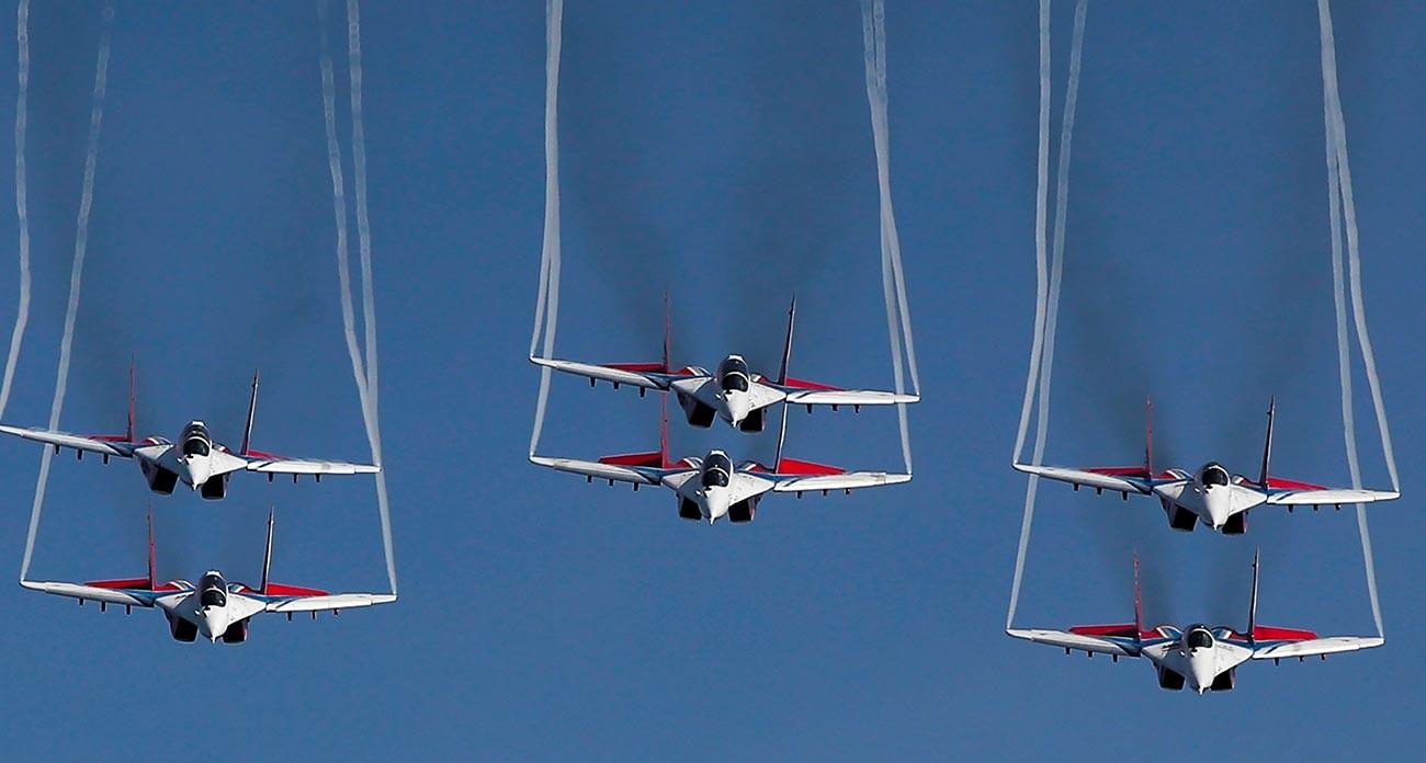 Les chasseurs à réaction Mikoyan Mig-29 de l'équipe acrobatique Striji se produisent lors du Show aérien au forum international Armée-2020