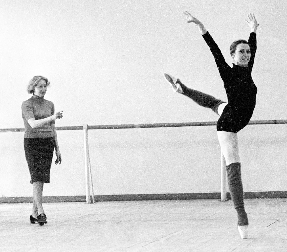Galina Ulanova (kiri) and penari balet Maya Plisetskaya (kanan) beraltih, 1969.