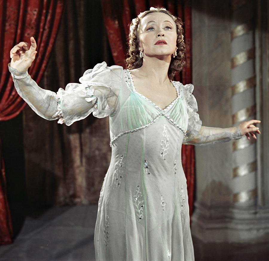 """Galina Ulanova, Seniman Rakyat Uni Soviet, sebagai Juliet dalam balet Sergei Prokofiev """"Romeo dan Juliet"""", 1952."""