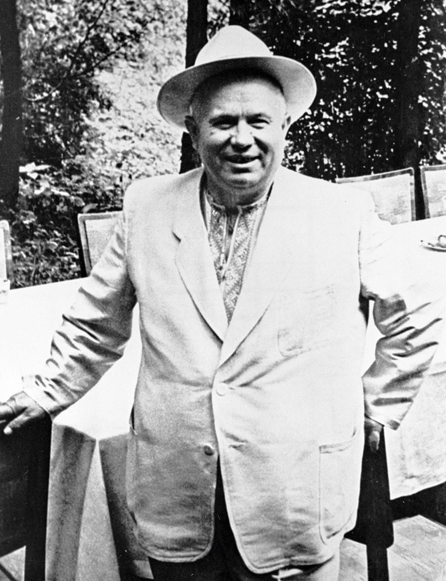 Khrushchev sering tampil di depan umum dengan kemeja bordir tradisional Ukraina.