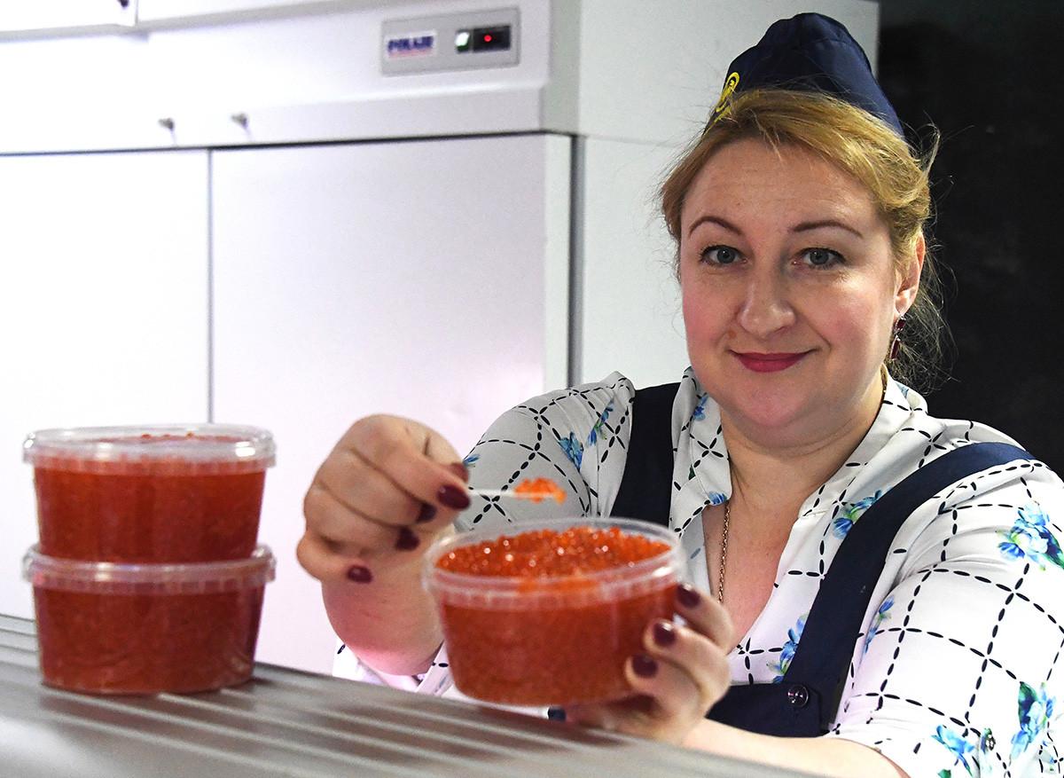 Verkauf von rotem Kaviar.