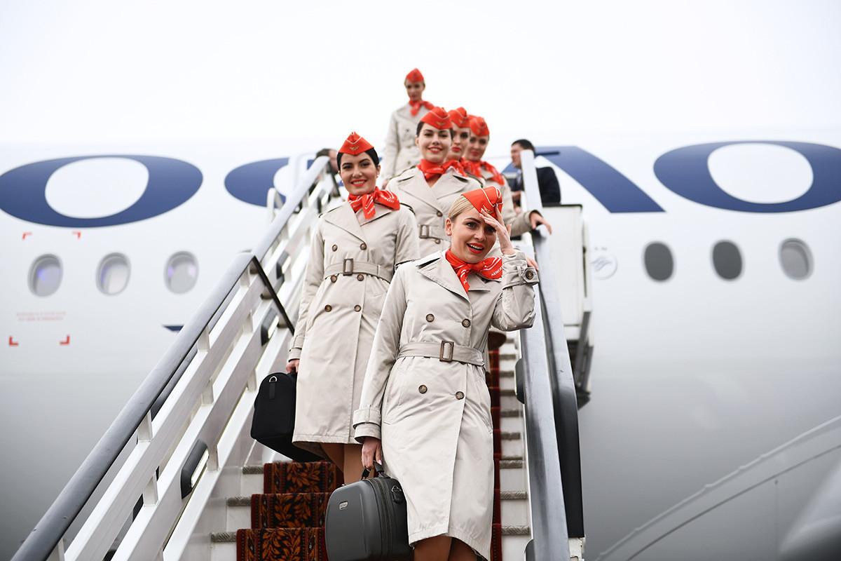 Flugbegleiter gehen auf dem nach Alexander Puschkin in Moskau benannten internationalen Flughafen Scheremetjewo die Treppe eines Airbus A350-900-Langstrecken-Großraum-Passagierflugzeugs hinunter.