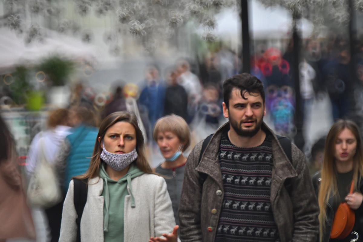 Menschen auf einer Straße im Zentrum von Moskau.
