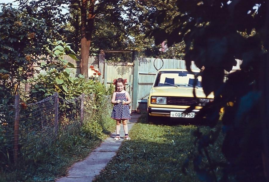 Deklica na dači v predmestju
