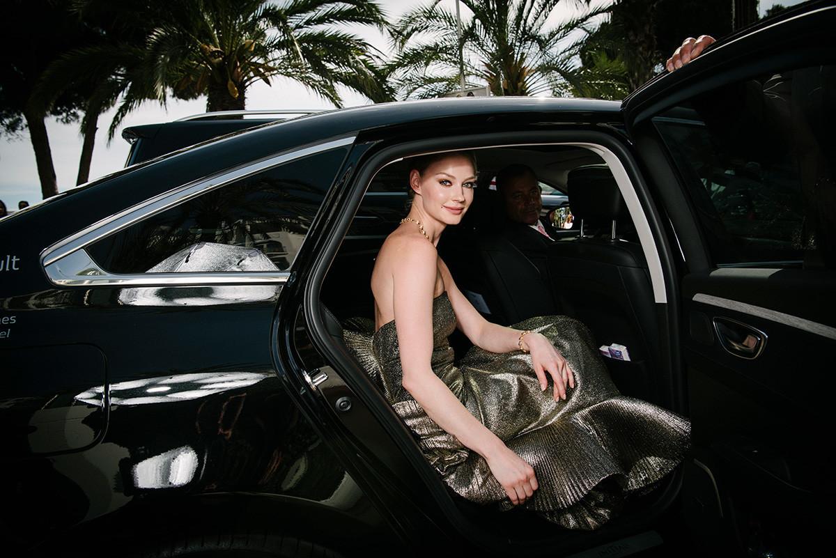 Khodchenkova deixando o Hotel Martinez durante o 70º Festival de Cinema de Cannes, em 23 de maio de 2017