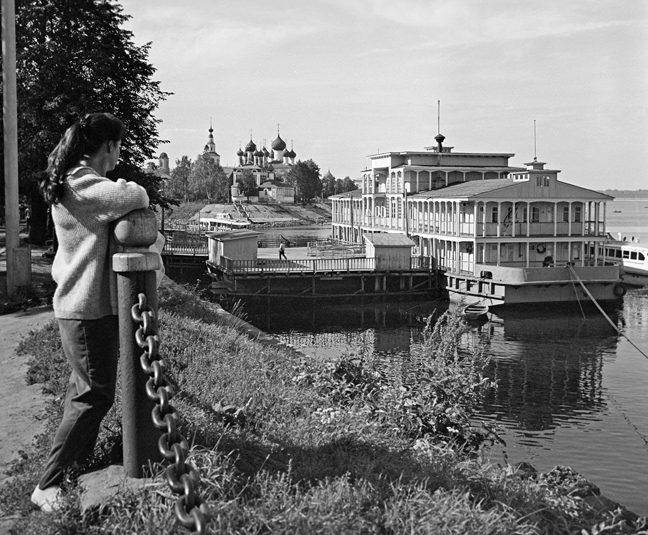 Flussterminal und Kirche in Uglitsch, 1965.
