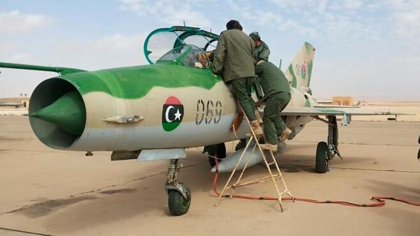 El personal de tierra prepara un avión MiG-21 libio para sus operaciones en el sur de Libia, en la base aérea de Jufra.