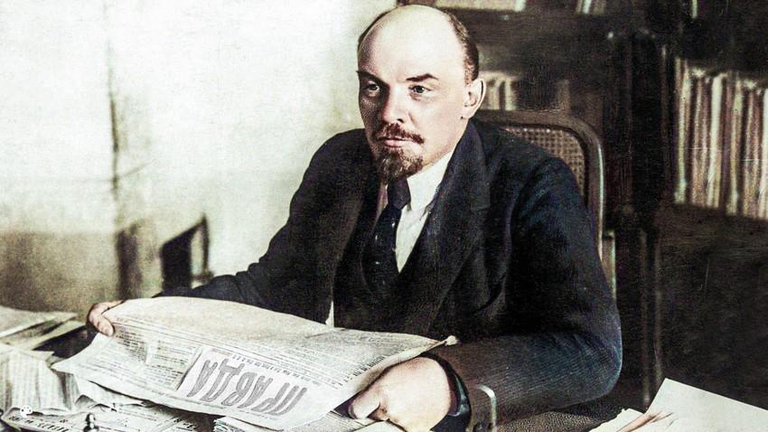 Lenin hält eine Ausgabe der Zeitung Prawda.