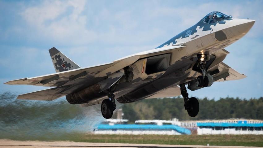 Су-57, увежбавање полетања и слетања пред Параду победе.