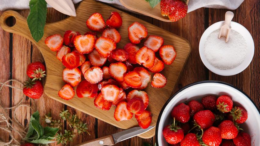 Летом ягоды врываются в десерты и даже супы!