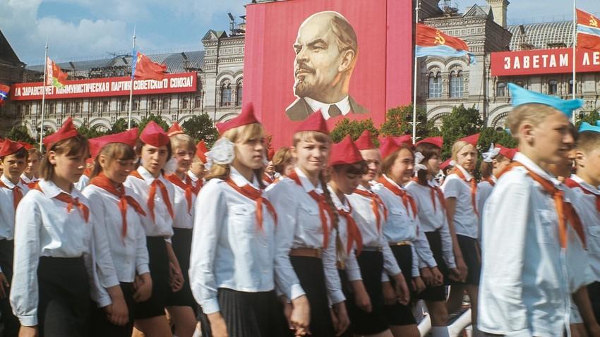 Parade perayaan hari ulang tahun Serikat Seluruh Organisasi Pionir di Lapangan Merah, Moskow, Rusia.