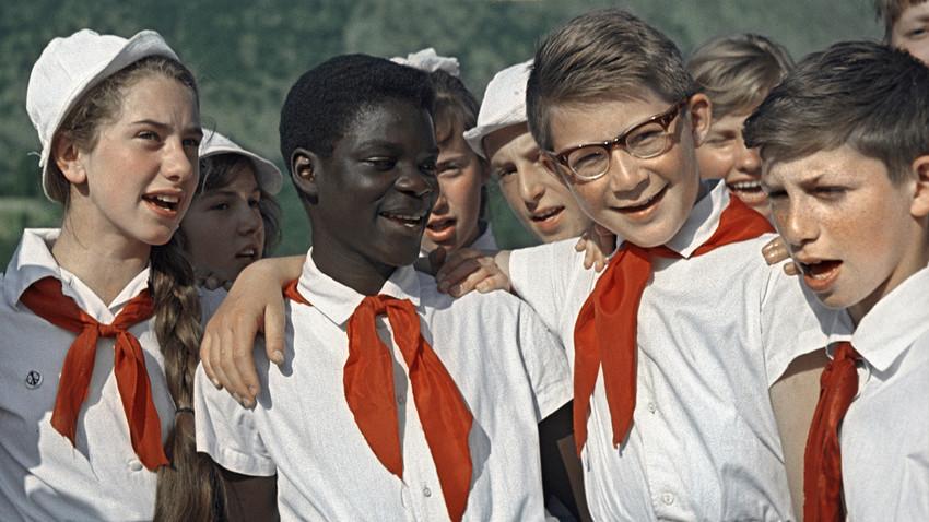 """Дети, отдыхающие во Всесоюзном пионерском лагере """"Артек"""" им. В.И. Ленина."""