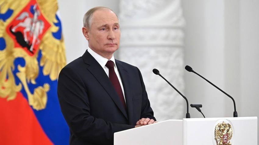Претседателот на Русија Владимир Путин во текот на средбата со дипломците на воените академии во Кремљ.