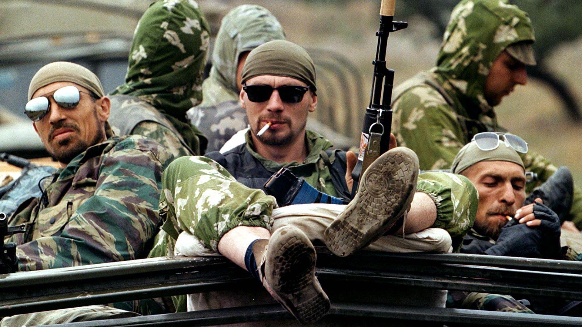 Советские командиры выступали против публикаций фото солдат в кроссовках в прессе.
