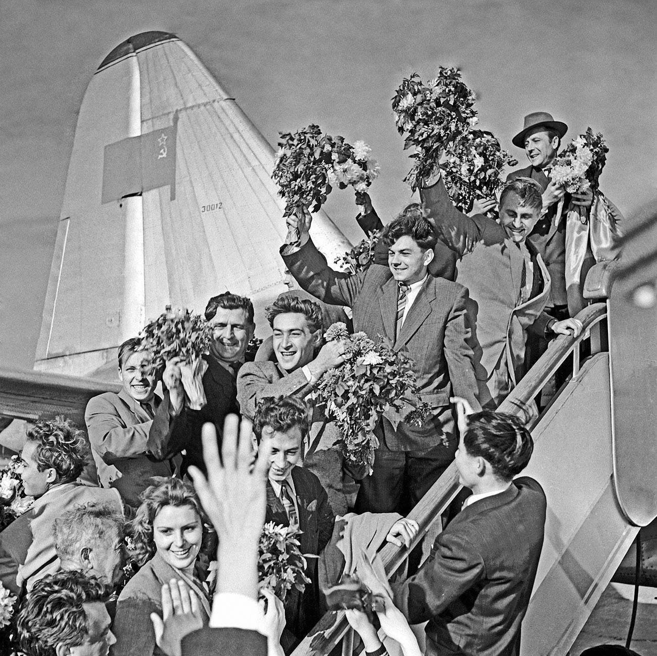ソ連に帰った乗組員、映画「緊急事態」からのシーン