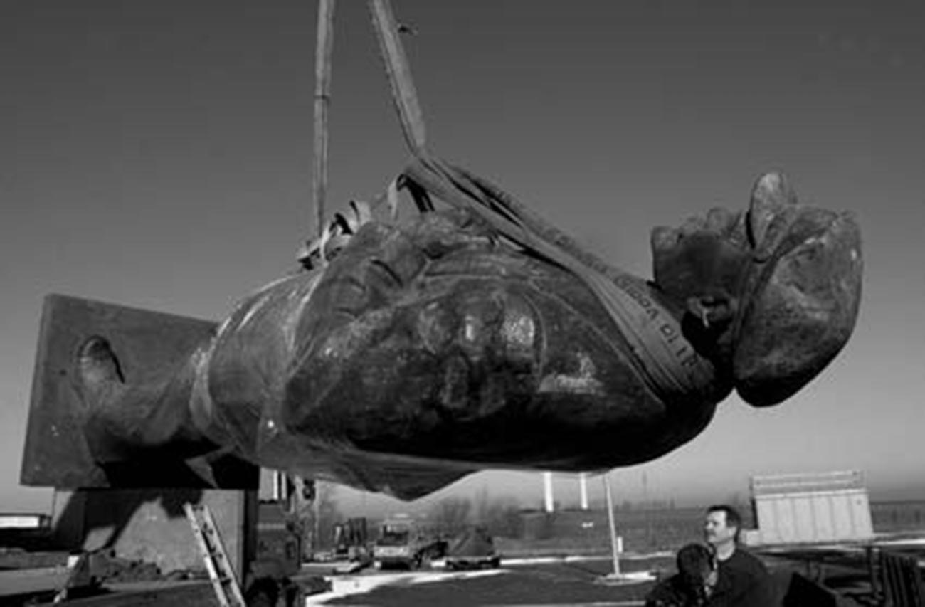 Transporte del monumento a Berlín, 1991. Foto del historiador Andreas Stedtler