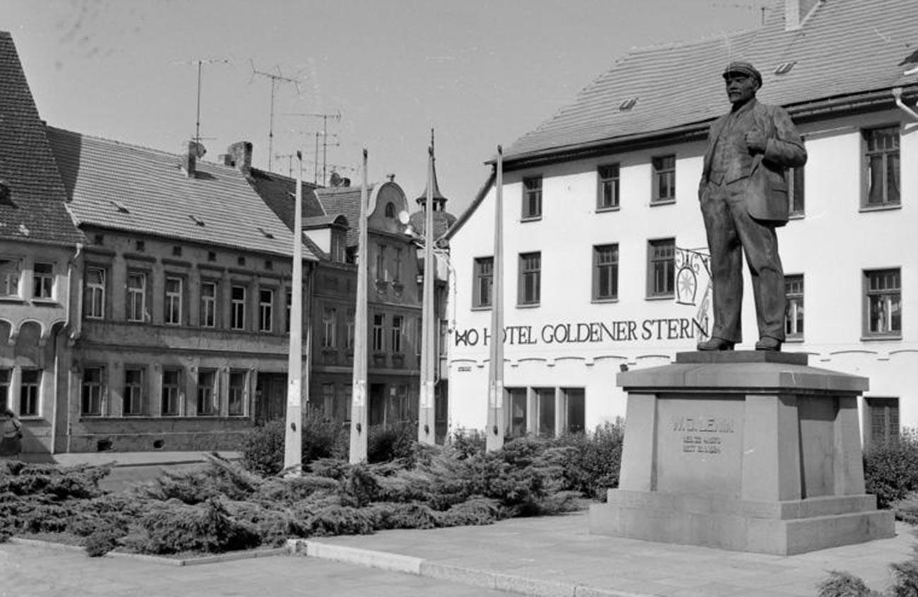 El monumento poco antes de ser transportado a Berlín, 1991