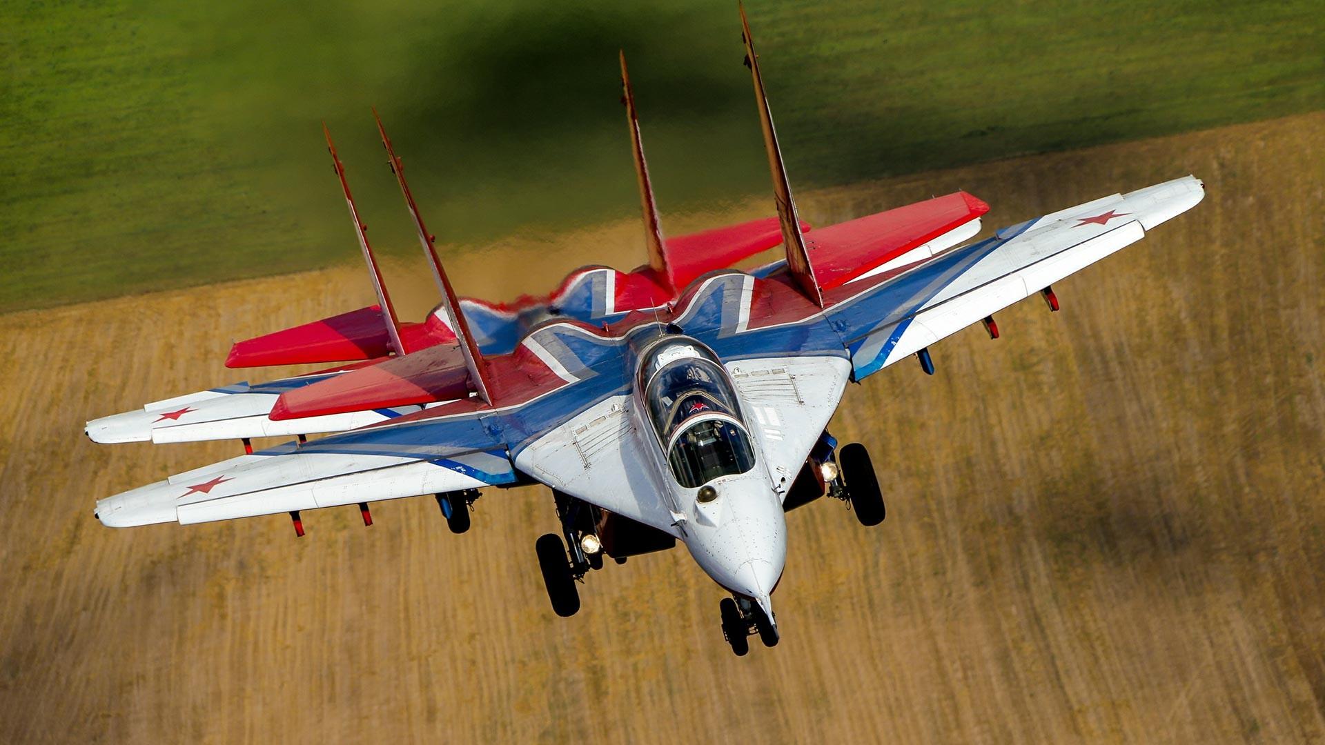 Jet tempur Mikoyan MiG-29 regu aerobatik Strizhi