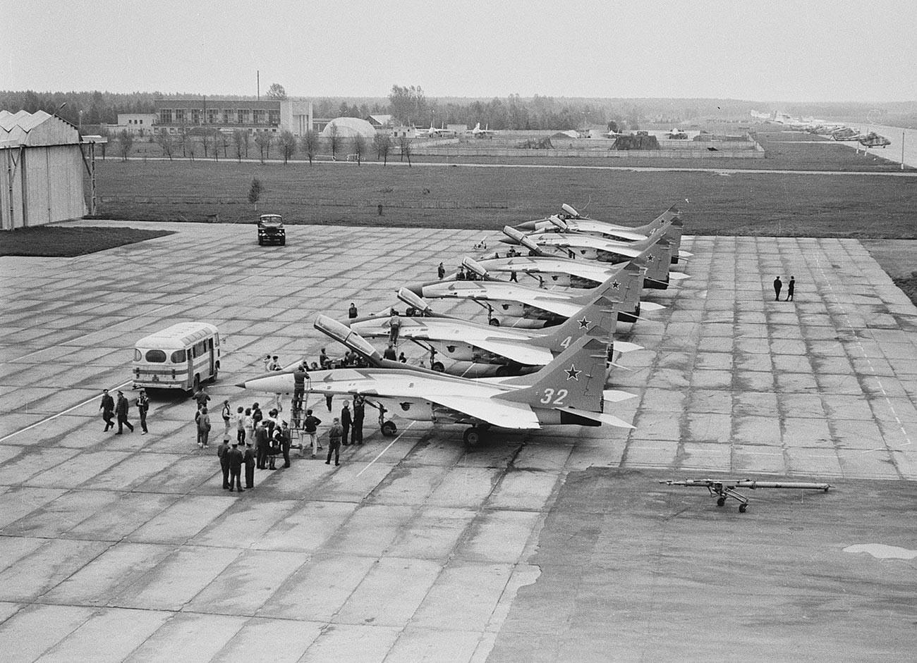 Jajaran regu aerobatik Strizhi yang pertama di Pangkalan Udara Kubinka, April 1992.