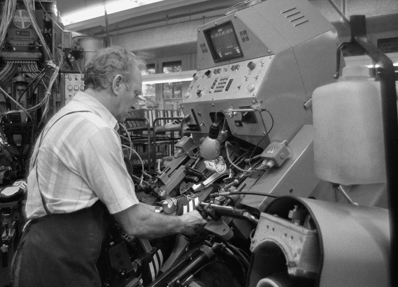 """Работник во производство на популарните спортски обувки во претпријатието на компанијата """"Адидас"""" која соработуваше со Советскиот Сојуз."""