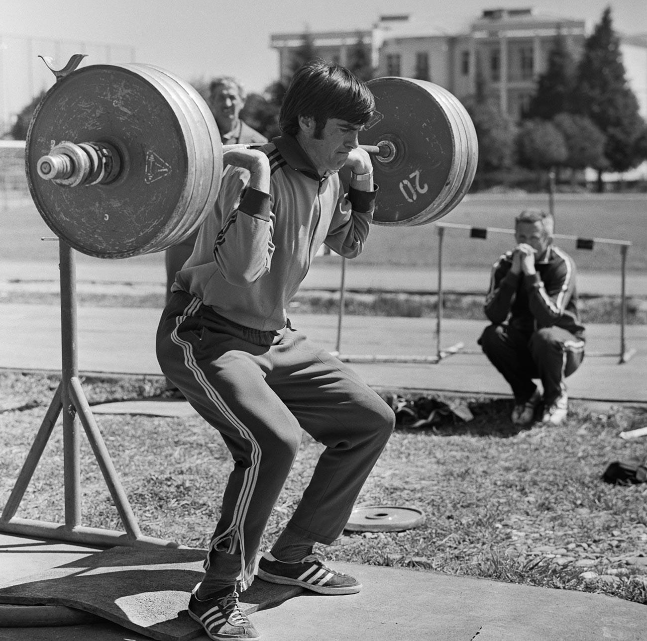 Виктор Санеев, трикратен олимписки шампион во скок со стап, на тренинг.