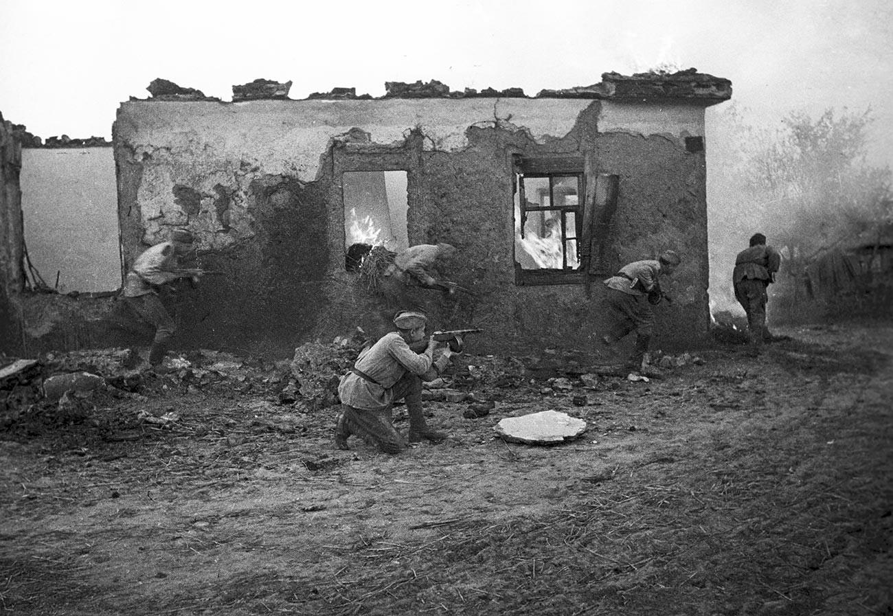Sowjetische Soldaten in der Nähe von Charkow.