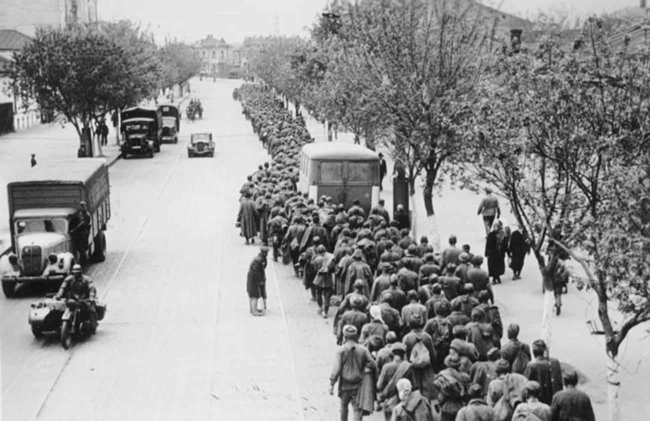 Sowjetische Kriegsgefangene in Charkow.