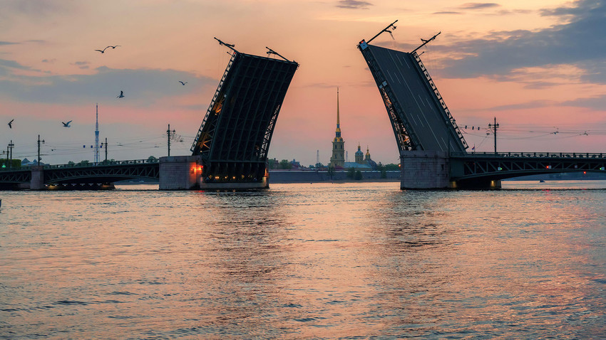 Pont du Palais sur la Neva, durant les Nuits blanches de Saint-Pétersbourg