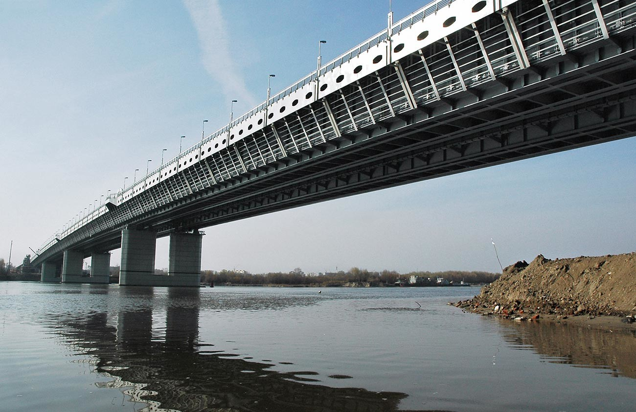 地下鉄用のトーネルが入っている鉄橋