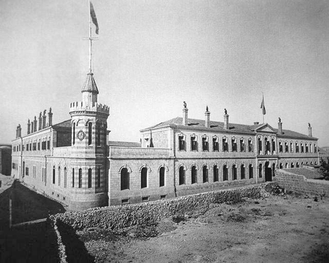 Сергијево подворје Императорског православног палестинског друштва (ИППО) са заставом ИППО, 1889.