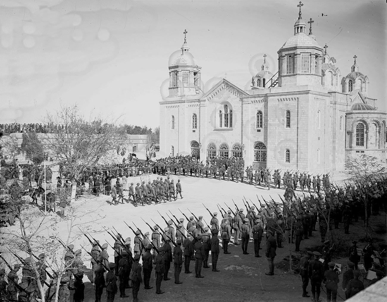 Војна парада британских војника у част британског генерала Аленбија испред  руских храмова у Јерусалиму, 1917.