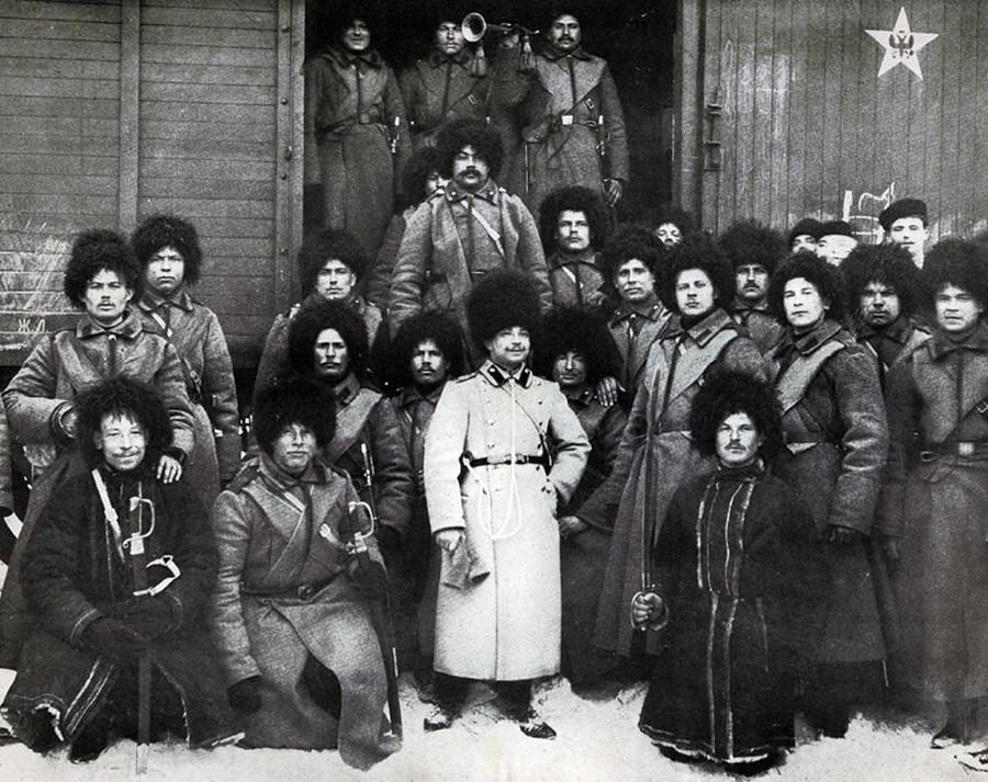 帝政ロシアの列車で使われた五芒星(右上に)
