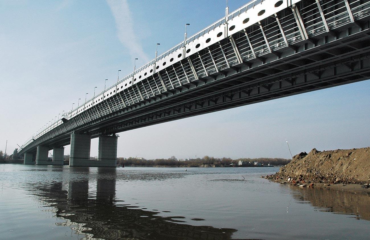 Dvonivojski most podzemne železnice. Podzemni predor se nahaja na spodnjem nivoju, zgoraj pa poteka šestpasovna avtomobilska magistrala.